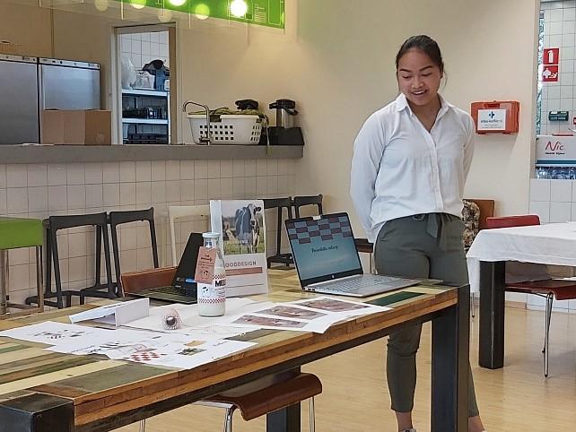 Student Julia Maaswinkel met haar productpresentatie.
